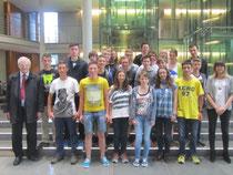 Bild: Egon Jüttner (rechts) mit Schülern und Schülerinnen des Ursulinengymnasiums und ihren Lehrern Jürgen Engert und Marietta Laturnus.