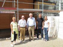 (von links): Regine Meinl, Ludovic Roy, Egon Jüttner, Jan Hertel und Rebekka Schmitt-Illert vor dem Neubau des Kindergartens