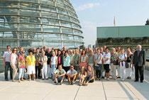Prof. Jüttner (rechts) mit den Besucherinnen und Besuchern aus Mann  heim vor der Kuppel im Reichstagsgebäude