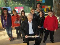 Egon Jüttner mit Klassenlehrerin Anette Mrozek sowie Schülerinnen und Schülern der 4. Klasse der Friedrich-Ebert-Schule