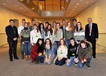 Egon Jüttner (rechts) mit Schülern und Schülerinnen des Ursulinengymnasiums und ihren Lehrern Jan Reinhard und Marcus Ohl.