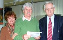 Egon Jüttner zusammen mit Renate und Rolf Dickhoff, den Gewinnern des Meilen-Quiz
