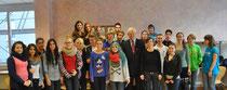 Egon Jüttner (Mitte) sowie Rebekka Schmitt-Illert mit Schülern der Freien Interkulturellen Waldorfschule
