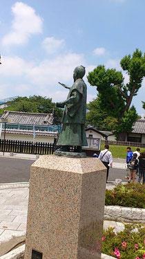 画像:弘道館をさす斉昭公
