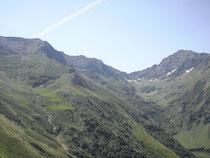 Dans les montagnes du Biros, le massif d'Artignan avec le cirque et le port d'Uretz