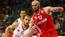 Zwei Basketball-Spieler im Zweikampf