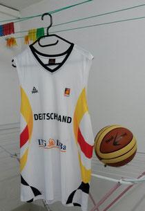Das Trikot der deutschen Basketball-Nationalmannschaft an einer Wäscheleine