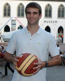 Christian Bengtsson mit Basketball in der Altstadt von Attendorn