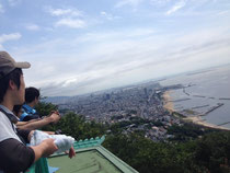 須磨浦公園を少し登ったところにある展望台から神戸市街地を眺める。
