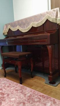 暖かみのある音色が特徴の茶色のアップライトピアノです。このピアノを通して音楽の楽しさを学んで頂けたらと思っています。