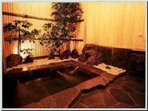 鉄平石と檜の岩風呂