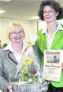 Britta Springmann (r.) dankt Bärbel Wilkening für 40-jährige Treue zum Verein für Heimatpflege Auetal