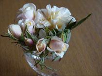 今頃咲いたバラを寒さから救出