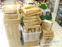 weit über 30 Pakete mit Kinderkleidung