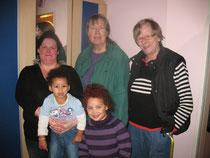 Emily*, Lia* mit ihrer Mutter und unserer Frau Elbers + Frau Herber