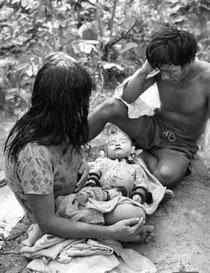 Una pareja karajá con su bebé muerto a causa de la gripe. © Jesco von Puttkamer