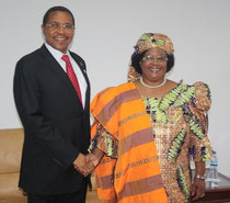 Saludo entre Kikwete y Banda. ©The Maravi Post