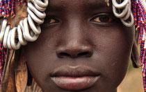 Una niña del pueblo indígena mursi, que se enfrenta a la intimidación de las fuerzas de seguridad etíopes.
