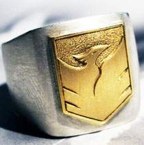 Erhabene Symbol-Gravur in 18K Gold Wappen Schild auf Silber / copyright