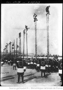 Pompiers japonais [exercices sur des perches servant d'échelles]. Source : Gallica.