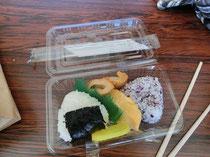昼ごはんは、おにぎりGET!ガブガブ食べて喉に詰まったー\(◎o◎)/!