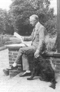 F.M. Alexander beim Zeitunglesen
