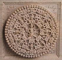 Ornament in einem Jaina-Tempel (Raknapur, Indien) user Shakti: Das Ornament symbolisiert Karma und die Verbundenheit und Abhängigkeit aller Dinge
