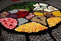 Blumenteppich an Fronleichnam - Zeugnis von Jugendlichen