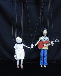 人形作家ハラチエさんのマリオネットに美術の松本さんが髪・洋服・小道具をつけました。