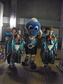 乙女文楽「寿式二人三番叟」出演の井田中学生と、人形劇まつりを応援に来た川崎フロンターレのフロンタくん☆