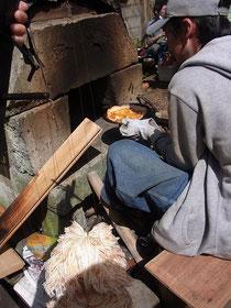 裏庭では窯焼きピザが~(28日のみ)モフィー君、しっぽを振るもおこぼれにあずかれず…