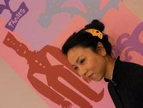 アコーディオンの伊藤ちか子さんの髪飾りも    太田氏の切り紙。