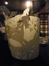 切り紙が光を含んで影となり、アコーディオンの音をまとってゆらぎはじめる ♪