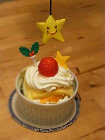 「ノエル☆セット」は写真のケーキと、赤ワインベースにフルーツとスパイスのたっぷり入ったサングリア&人形劇がつきます。アルコール抜きにもホットにも出来ます☆