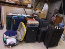 人形や鳴り物、小道具の切り株、満開の桜の枝、絵幕などなど、26コ分のスーツケースが準備完了~♪
