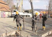 """Der Ausbau der Kindertagesstätte """"Arche Noah"""" in Ebern (hier das Gießen einer Betonplatte am Mittwoch) erfolgt nach den Vorgaben des Umwelt-Managementsystems mit verschiedenen Kriterien, deren Einhaltung geprüft wird. Foto: Carsten Höllein"""