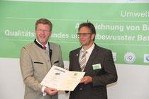 Umweltmister Dr. Marcel Huber überreicht die Urkunden im Bereich QuB und Umweltpakt Bayern an Thomas Bayersdorfer