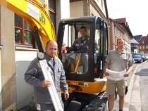 Haben die Inungsprüfung zum Werkpolier erfolgreich gemeistert: Mirko Schneider aus Lohr (vorne) und Gerd Conradi aus Eckartshausen.  Rechts Firmenchef Thomas Bayersdorfer.