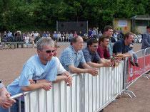 Zuschauer noch auf dem Aschenplatz
