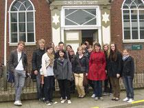 Die Schüler vor dem Museum