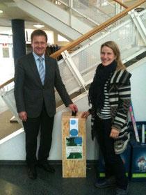 Bürgermeister Peter Reichert und NAJU-Leiterin Christina Kunze beim Aufstellen der Handysammelbox im Rathaus