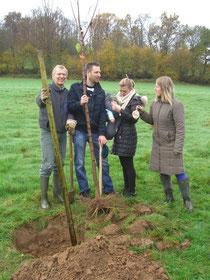 Familie Kwiatkista pflanzt ihren Kirschbaum