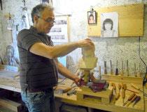 Daniel Haran dans son atelier à Mirepoix (Ariège-Pyrénées) avec un portrait  en ronde bosse