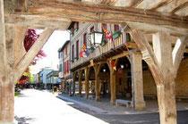 La place avec la mairie de Mirepoix (Ariège)
