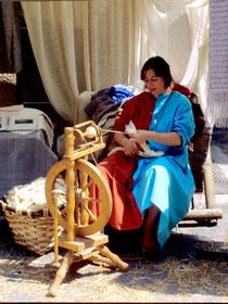 Filer la laine, une des activités omniprésentes des femmes au Moyen Age, pour les nobles comme pour les simple paysannes.