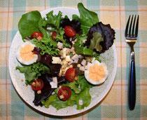 ミニトマト、ゆで卵、ハムとチーズを合わせたサラダ