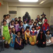 ハロウィンパーティに集う子どもたち