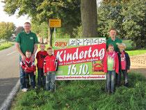 """Foto: Freuen sich auf den 2. Kindertag """"Sportgelände Wehdem"""" (v.l.): Holger Hilgemeier, Mika Hilgemeier, Yannis Ulrich, Luca Hilgemeier, Nellis Haremsa, Ingo Haremsa und Tjaard Haremsa"""