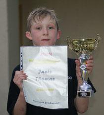 Janis präsentiert seinen Pokal