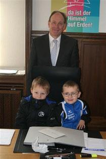 Ramon und Mike durften am Schreibtisch von OB Bernd Tischler Platz nehmen